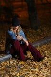 Mujer entre las hojas de otoño Imagenes de archivo