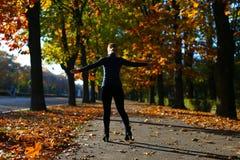 Mujer entre las hojas de otoño Fotografía de archivo
