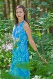 Mujer entre las hojas del verde en el bosque Imágenes de archivo libres de regalías