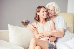 Mujer envejecida alegre que descansa con su hija adulta Fotografía de archivo