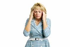 Mujer envejecida centro con dolor de cabeza terrible foto de archivo libre de regalías