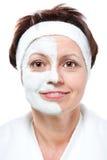 Mujer envejecida centro con la media máscara de la belleza foto de archivo libre de regalías