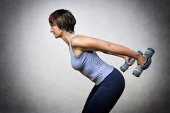 Mujer envejecida centro con pesas de gimnasia Imagenes de archivo