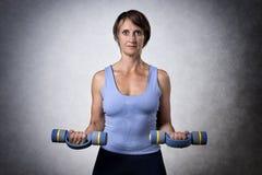 Mujer envejecida centro con pesas de gimnasia Fotografía de archivo libre de regalías