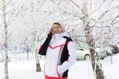 Mujer envejecida centro del deporte que habla en smartphone Fotografía de archivo