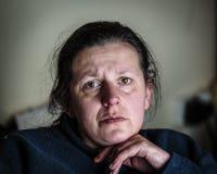 Mujer envejecida centro deprimida y subrayada Fotografía de archivo libre de regalías