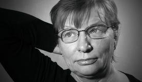 Mujer envejecida centro en lentes Imágenes de archivo libres de regalías