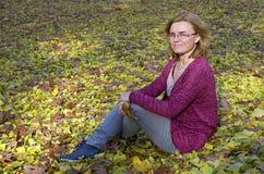 Mujer envejecida centro en prado del otoño Fotografía de archivo libre de regalías