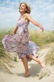 Mujer envejecida centro hermoso que baila al aire libre Imágenes de archivo libres de regalías