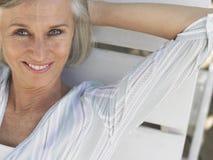 Mujer envejecida centro que descansa en Sunlounger Imágenes de archivo libres de regalías