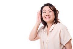 Mujer envejecida centro que escucha las buenas noticias foto de archivo