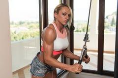 Mujer envejecida centro que hace el ejercicio para el tríceps Fotos de archivo