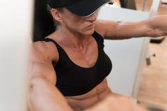 Mujer envejecida centro sano que hace el ejercicio para el pecho fotos de archivo