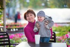 Mujer envejecida centro y su pequeño nieto Fotos de archivo libres de regalías