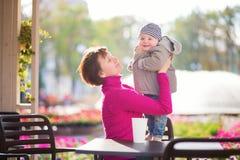 Mujer envejecida centro y su pequeño nieto Fotografía de archivo