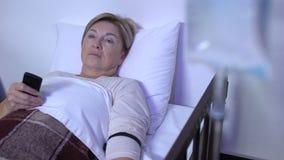 Mujer envejecida débil TV de observación paciente en la sala de hospital, el caer dormido en lecho de enfermo almacen de video