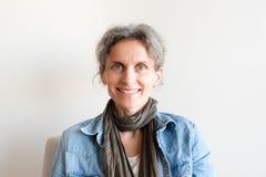 Mujer envejecida media que sonríe Imagen de archivo
