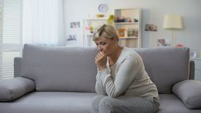 Mujer envejecida presionada que se sienta solamente en casa, tiempo difícil, dolor de la desintegración almacen de video