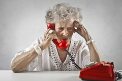 Mujer envejecida que habla en un teléfono del vintage imágenes de archivo libres de regalías