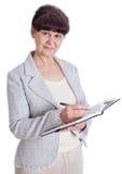 Mujer envejecida que presenta como un administrador, secretaria Imagenes de archivo