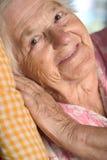 Mujer envejecida sonriente foto de archivo libre de regalías