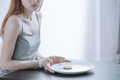 Mujer enviciada a la pérdida de peso Fotos de archivo libres de regalías