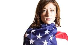 Mujer envuelta en bandera americana Fotos de archivo