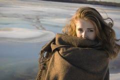 Mujer envuelta en manta grande gris en parque nevoso del invierno Concepto del invierno Foto de archivo
