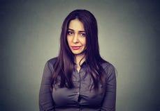Mujer escéptica trastornada enfadada que frunce el ceño foto de archivo