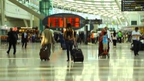 Mujer, escaleras móviles en el aeropuerto