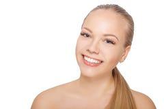 Mujer escandinava joven sonriente después del procedimiento de la extensión de la pestaña La mujer observa con las pestañas larga fotos de archivo