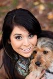 Mujer española con el perro de Borkie imagen de archivo