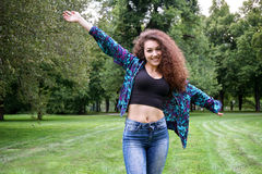 Mujer española joven que disfruta de la naturaleza Fotografía de archivo libre de regalías