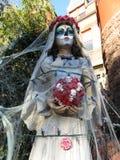 Mujer espeluznante con los cráneos imagenes de archivo