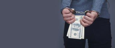 Mujer esposada para sus crímenes Corrupción, soborno, estafa de la justicia imagen de archivo libre de regalías