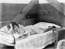 Mujer estirada hacia fuera en una choza que lee un libro (todas las personas representadas no son vivas más largo y ningún estado imágenes de archivo libres de regalías