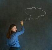Mujer con la escritura de pensamiento de la nube de la tiza del pensamiento en la pizarra Imágenes de archivo libres de regalías