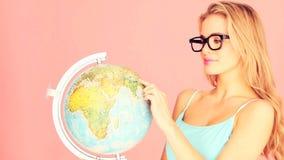Mujer estudiosa con el globo almacen de metraje de vídeo
