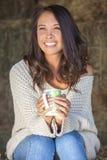 Mujer eurasiática asiática de la muchacha en Hay Bale Drinking Coffee Tea Imagen de archivo libre de regalías