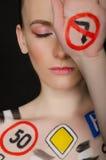 Mujer europea con las señales de tráfico pintadas Imagenes de archivo