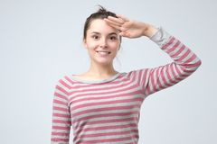 Mujer europea joven que saluda mostrando su patriotismo foto de archivo libre de regalías