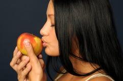 Mujer exótica hermosa con la manzana Imagen de archivo