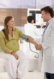 Mujer expectante en el doctor fotografía de archivo libre de regalías