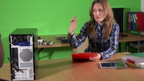 Mujer experta del ingeniero de la reparación del ordenador con el cliente del hombre Apretón de manos del hombre y de la mujer almacen de video