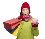 Mujer expresiva en cuestión de la raza mixta que sostiene bolsos de compras y Imagen de archivo libre de regalías