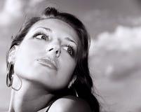 Mujer expresiva en el fondo del cielo imagenes de archivo
