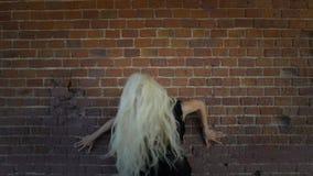 Mujer expresiva joven en vestido negro almacen de metraje de vídeo