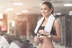 Mujer extática que lleva una toalla después de entrenamiento foto de archivo