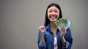 Mujer extremadamente feliz que sostiene los billetes de banco de los euros, buen sueldo, concepto del empleo fotos de archivo
