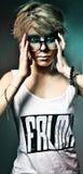 Mujer eyed negro con la camiseta fotos de archivo